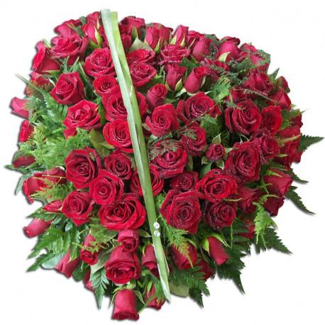 Composition de roses sur une base cœur-deuil